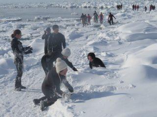 雪で遊ぶみんな