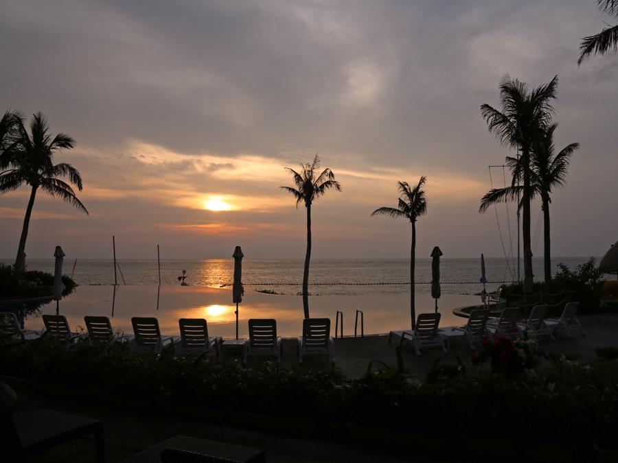 ムーンビーチに暮れる夕日