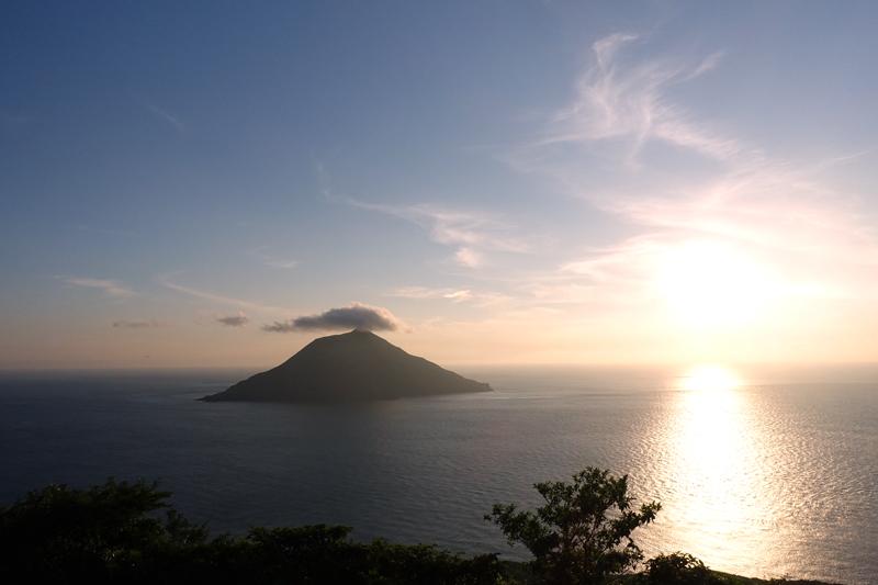 八丈小島と夕陽