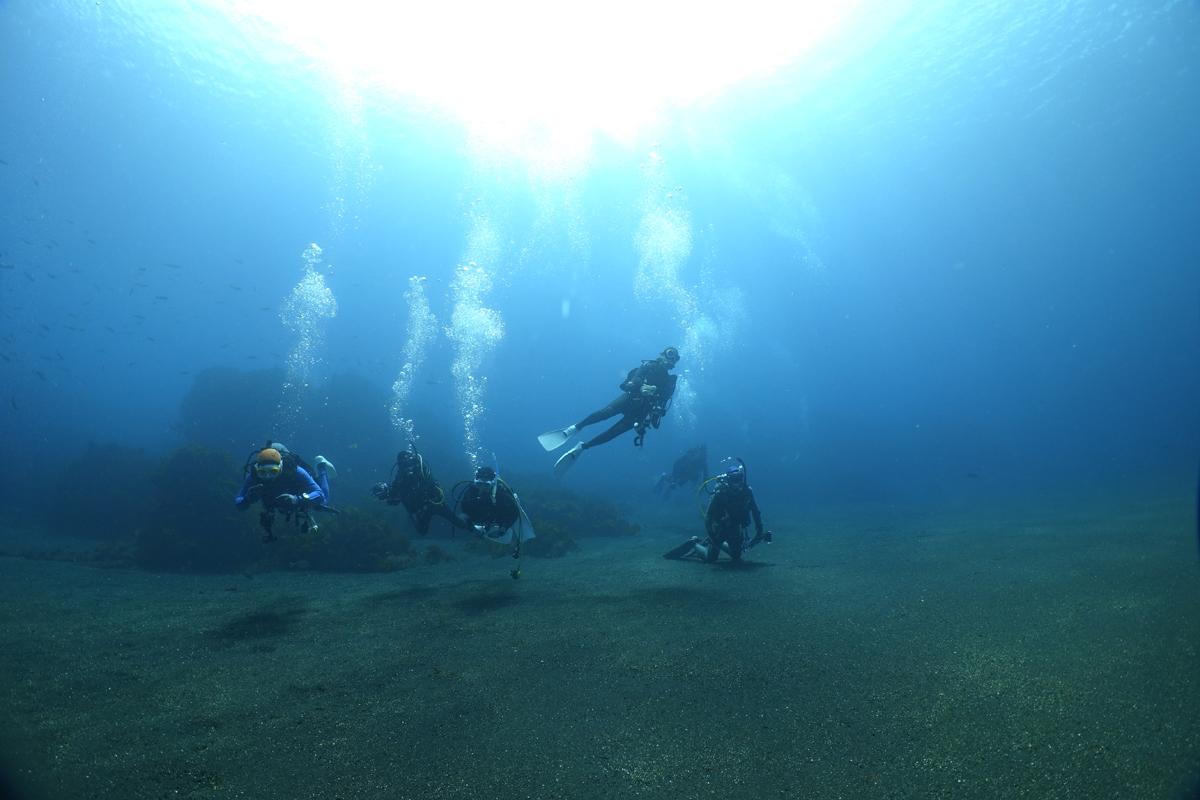 野田浜の海底は溶岩が砕けた破片